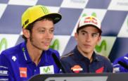 M�rquez escucha atento a Rossi en la rueda de prensa del GP de...