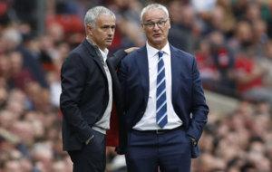 Mourinho y Ranieri durante el duelo entre el United y el Leicester.