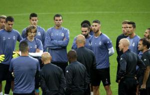 Zidane habla con los jugadores antes del entrenamiento en Dortmund.