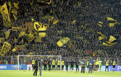 Los jugadores del Borussia celebran un triunfo con sus aficionados.