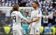 Modric y Xabi Alonso se felicitan tras un triunfo del Madrid