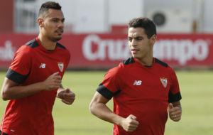 Ben Yedder, junto a Kolo, en un entrenamiento del Sevilla.