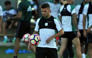 Riza Durmisi, en un entrenamiento con el Betis.