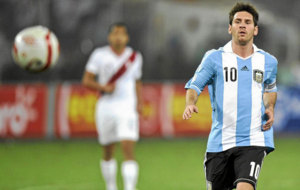 Messi tras un bal�n con la selecci�n argentina.