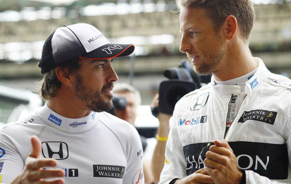 Alonso habla con Button en el pasado Gran Premio de Singapur