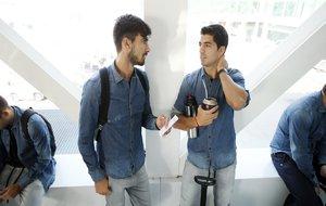 Luis Su�rez junto a Andr� Gomes, durante el viaje a Alemania.