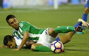 Rafa Navarro, en una acci�n en el partido con el M�laga.