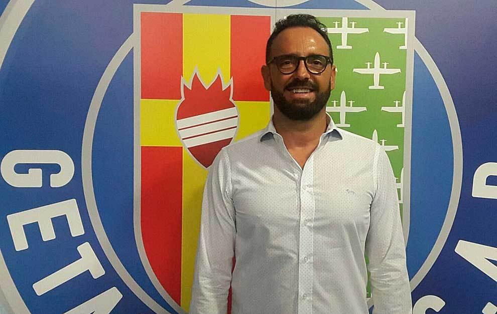 José Bordalás posa delante del escudo de su nuevo equipo