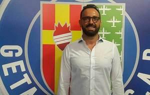 Jos� Bordal�s posa delante del escudo de su nuevo equipo