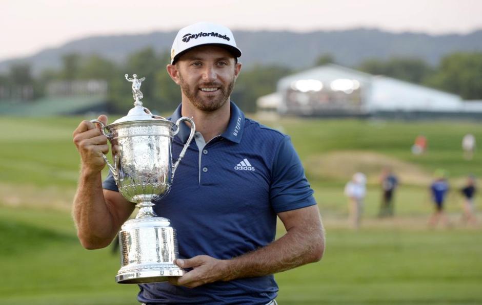 Johnson posa con el trofeo de ganador del US Open 2016.