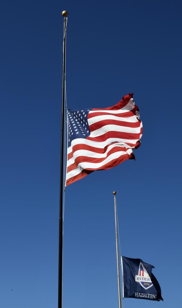 Bandera a media asta en honor a Arnold Palmer.