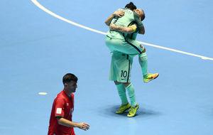 Ricardinho se abraza con Joao Matos tras su gol frente a Azerbaiyán.
