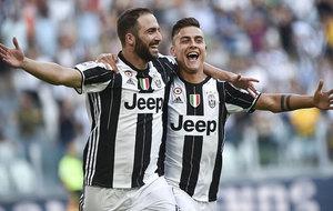 Higua�n y Dybala celebran un gol con la Juventus.