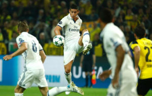 James golpea el bal�n en el partido ante el Dortmund