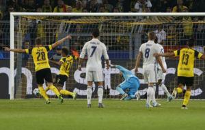 Aubameyang acompa�a el bal�n en el primer gol del Dortmud.
