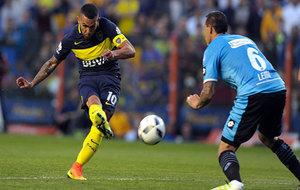 Carlos T�vez dispara ante un jugador del Belgrano.