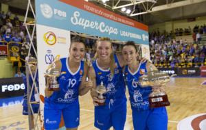 Laura Quevedo, Laura Gil y Silvia Dom�nguez, con la Supercopa.