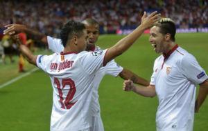 Ben Yedder, Mariano y Nasri celebran el gol del primero al Lyon.