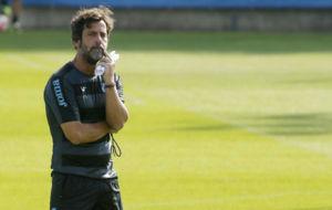 Quique S�nchez Flores observa a sus futbolistas durante el...