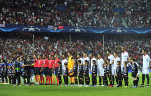 Los jugadores del Sevilla y el Lyon, antes del partido.