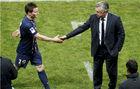 Gameiro saluda a Ancelotti tras ser sustituido en un partido de su...