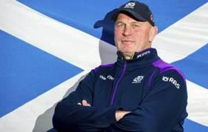 Vern Cotter posa delante de la bandera de Escocia
