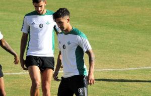 Felipe Guti�rrez, junto a Ceballos, en el entrenamiento de este...