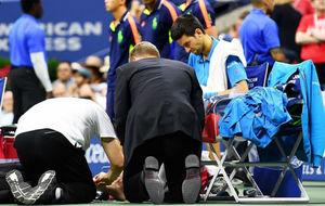Novak Djokovic es atendido por los doctores en la final del US Open.