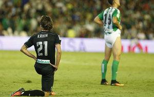 Krhin realizando estiramientos durante un partido ante el Betis