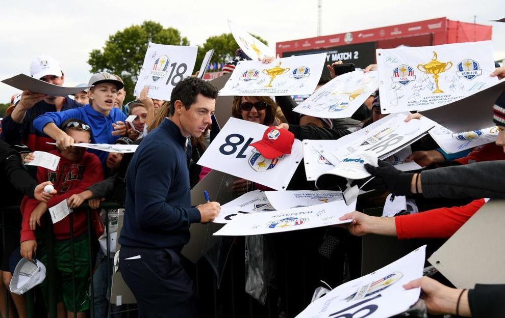Rory McIlroy (Europa) firmando autógrafos a los aficionados.