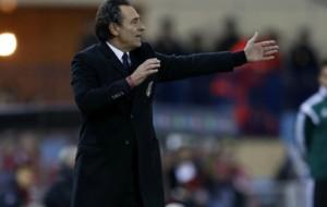 Cesare Prandelli (59) dirigiendo a la selecci�n Italiana.