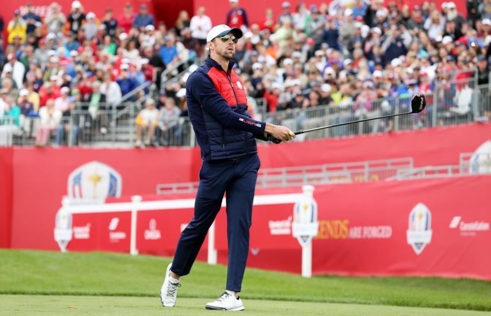 Michael Phelps (EE.UU), durante un golpe en el Hazeltine National Golf...