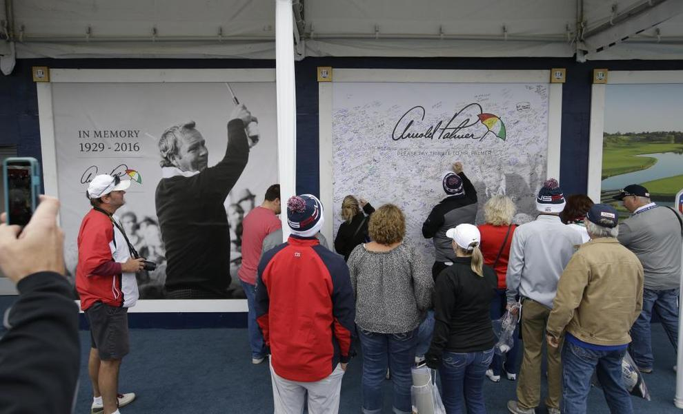 Los espectadores firman una pared para rendir homenaje al fallecido...