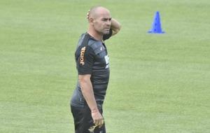 Paco J�mez se p observa un entrenamiento del Granada.