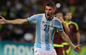 Alario celebra un gol con argentina.
