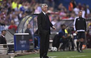 Carlo Ancelotti sigue el partido desde la banda del Calder�n.