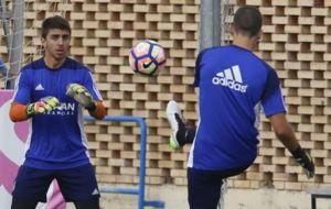 Xabi Irureta realiza un ejercicio junto a Rat�n.