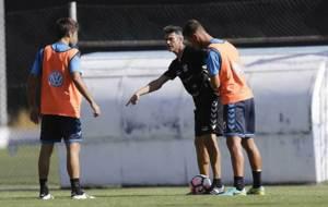 Mart�, dando instrucciones a Aitor Sanz y Jorge en la sesi�n del...