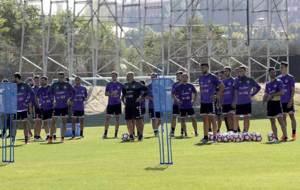 Paco Herrera, rodeado por todos sus jugadores este martes