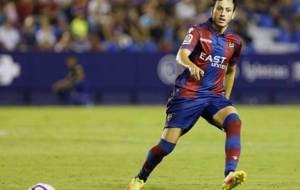 Espinosa da un pase en el Ciutat de Valencia en el partido ante el...