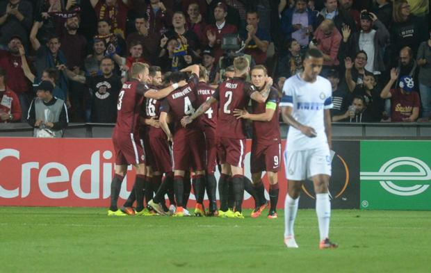 El Spartak de Praga celebra uno de los goles del partido