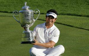 Yang posa con el trofeo del PGA Championship de 2009 que le arrebató...