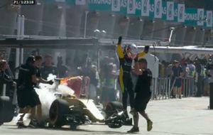 Magnussen ha debido saltar del coche delante de los bosex de Sepang en...