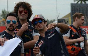 Sainz reconoce la pista de Sepang con sus ingenieros de Toro Rosso.