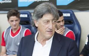 Enrique  Mart�n dirige al Osasuna frente al Villarreal.