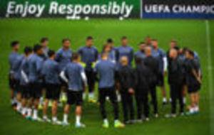 Zidane habla con sus jugadores en el entrenamiento previo al partido...