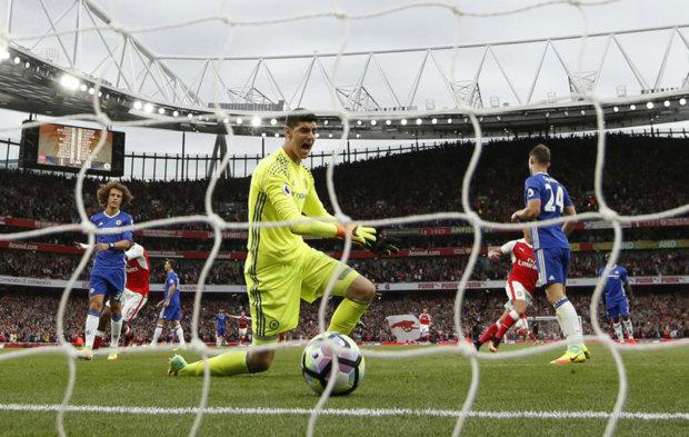 Courtois se lamenta tras uno de los goles encajados ante el Arsenal.