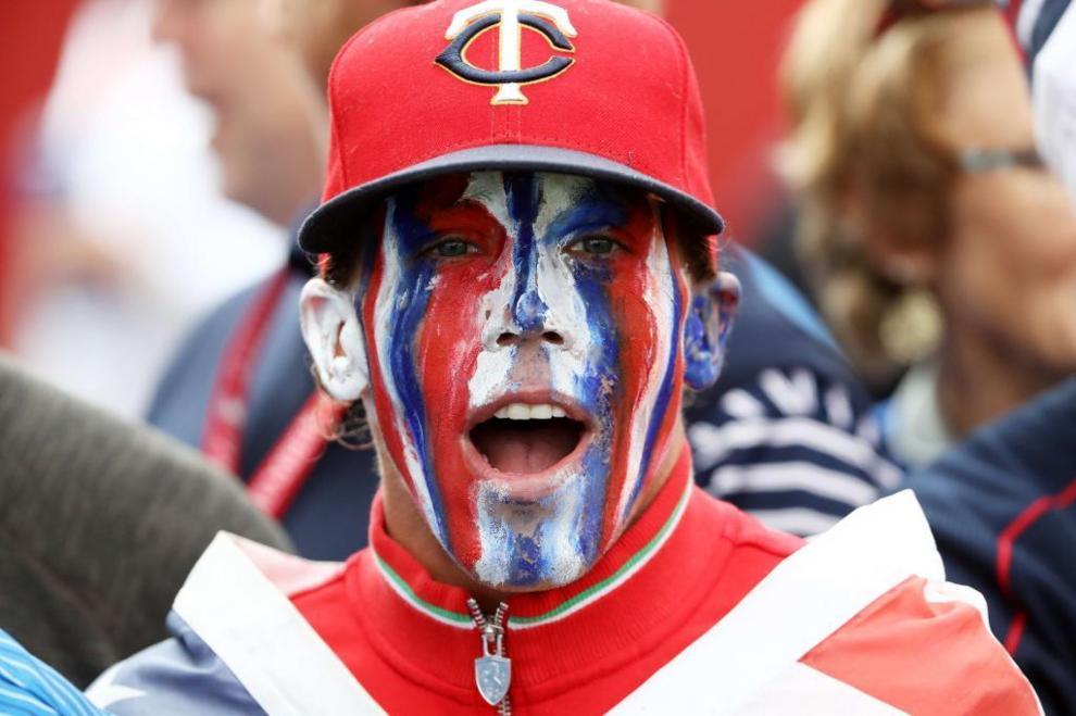 Un aficionado estadounidense lleva la bandera hasta pintada en la cara