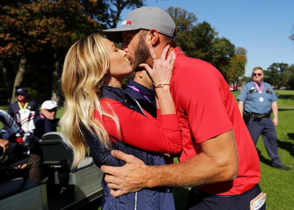 El beso de Paulina Gretzky a Dustin Johnson
