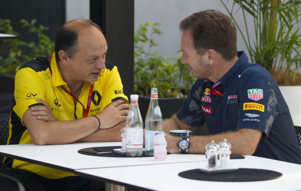 Frederic Vasseur (Renault) y Christian Horner (Red Bull), charlando...